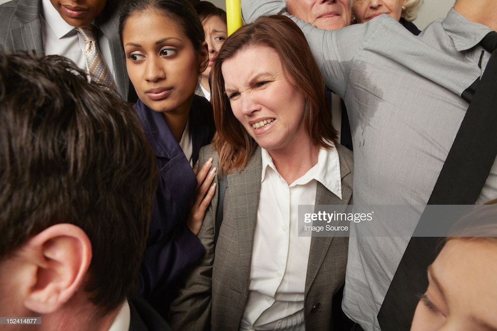 une femme gênée par l'odeur de transpiration dans le métro