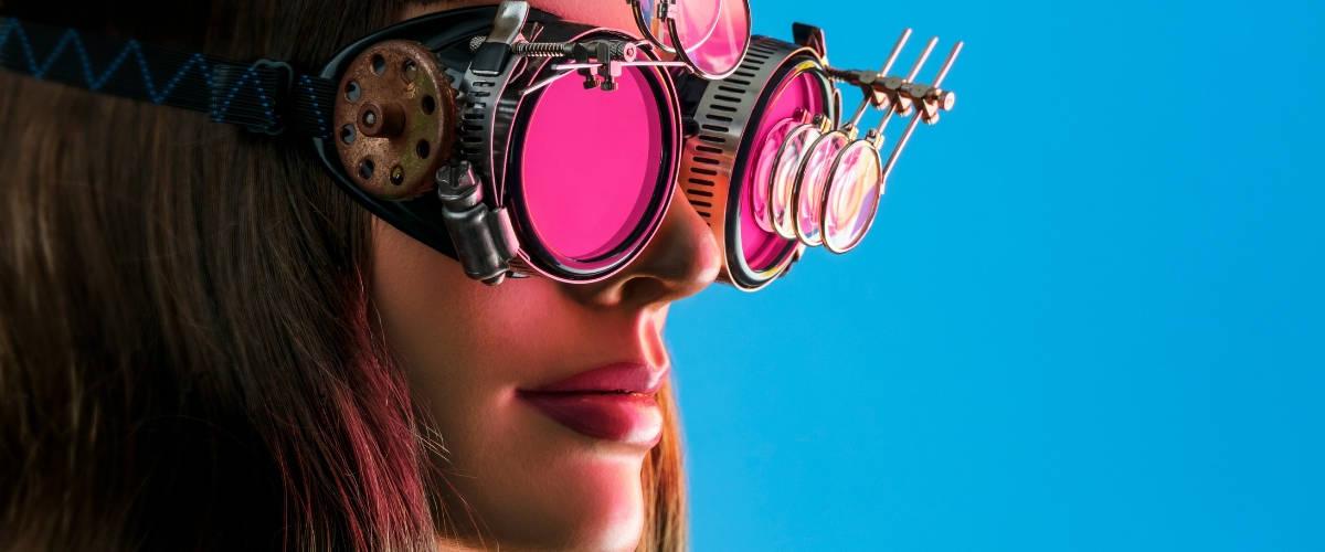 Une femme avec des lunettes steampunk