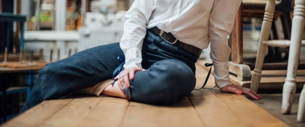 Une femme en jean assise sur une table