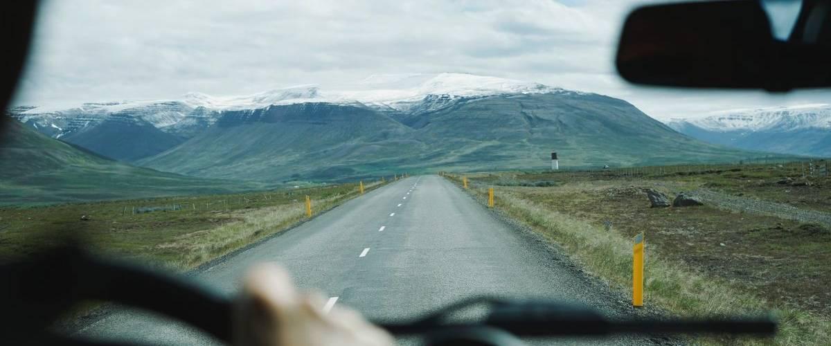 Vue d'une montagne sous la neige à bord d'une voiture