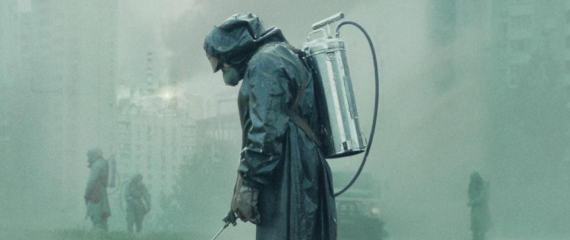 un homme en combinaison au milieu de Tchernobyl