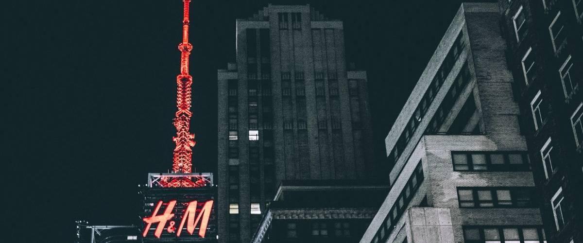 Gratte ciel à New York où il est inscrit en néon rouge H&M
