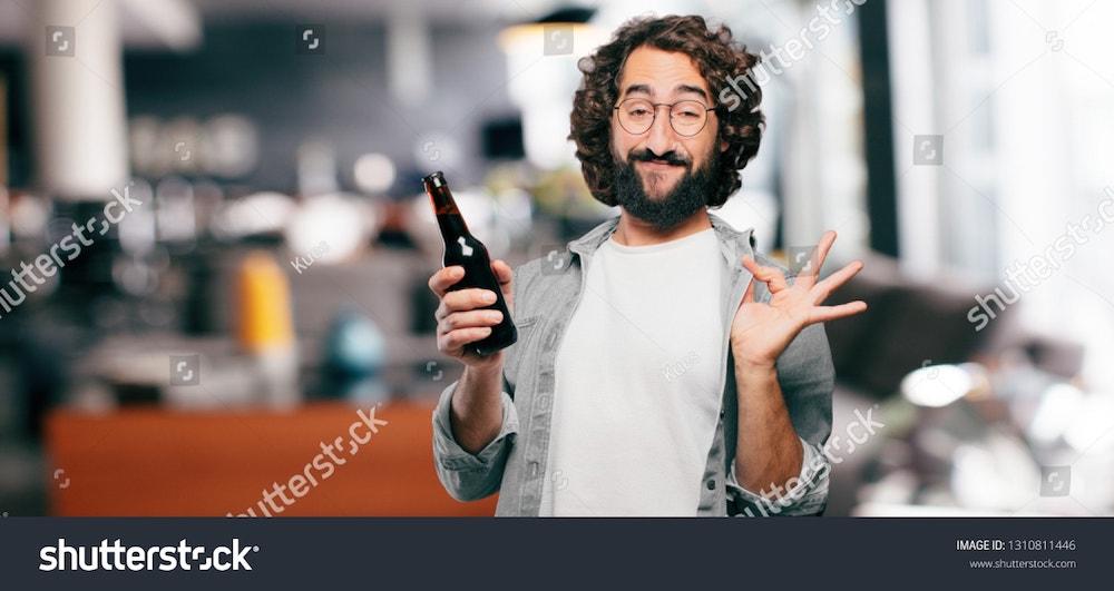 un homme drole avec une biere dans les mains