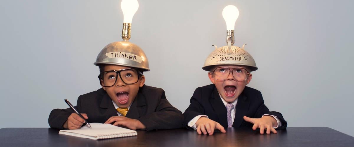 Deux enfants avec des casques et des ampoules lumineuses