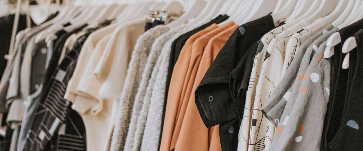 Des vêtements sur un cintre