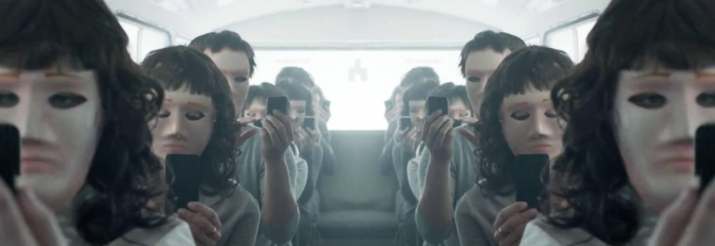 Des personnes masquées dans un bus dans l'épisode Haine Virtuelle de Black Mirror