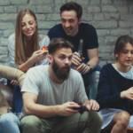 Jeunes dans une coloc, mangent des pizzas.