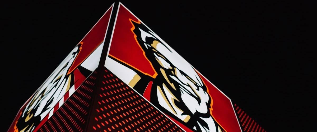 Une enseigne de KFC de nuit