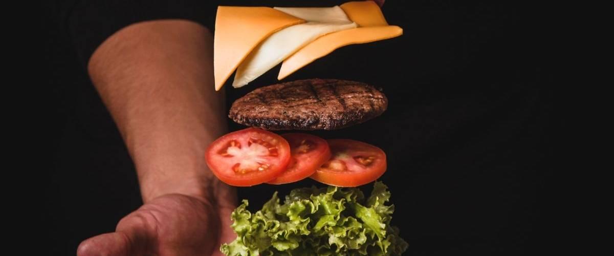 Un burger sur un fond noir