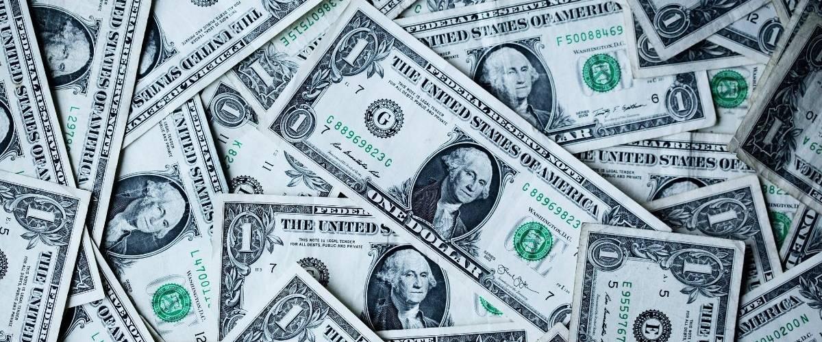 Un amas de billets de dollars