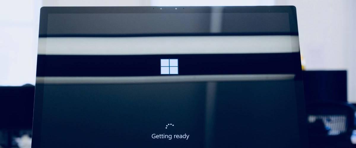 Un ordinateur Microsoft entrain de s'allumer.