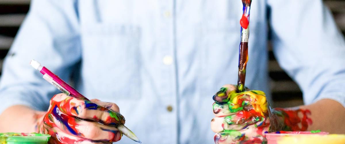 Un hommes avec de la peinture sur les mains