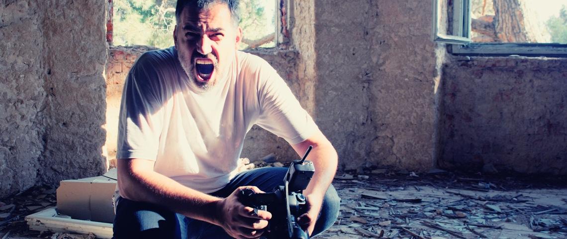 Un photographe en colère dans un bâtiment en ruine.