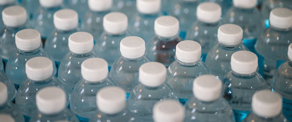 Des bouchons de bouteilles en plastique