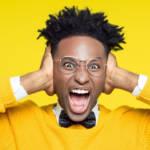 un jeune homme noir se bouche les oreilles en criant sur un fond jaune