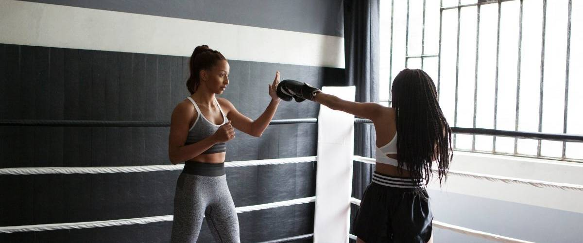 La boxeuse Estelle Yoka Mossely lors d'une séance d'entrainement sur un ring.