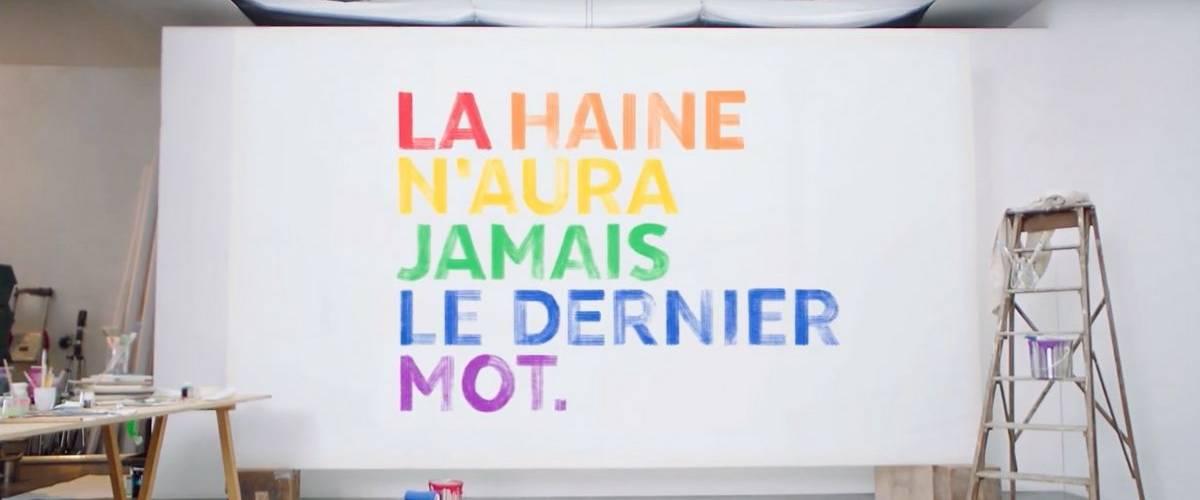 La phrase  -  La haine n'aura jamais le dernier mot -  au couleur de l'arc-en-ciel