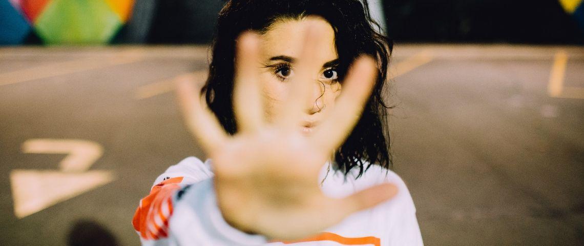 Une fille marque un stop avec sa main