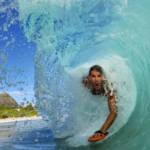 Un homme en train de surfer dans un rouleau