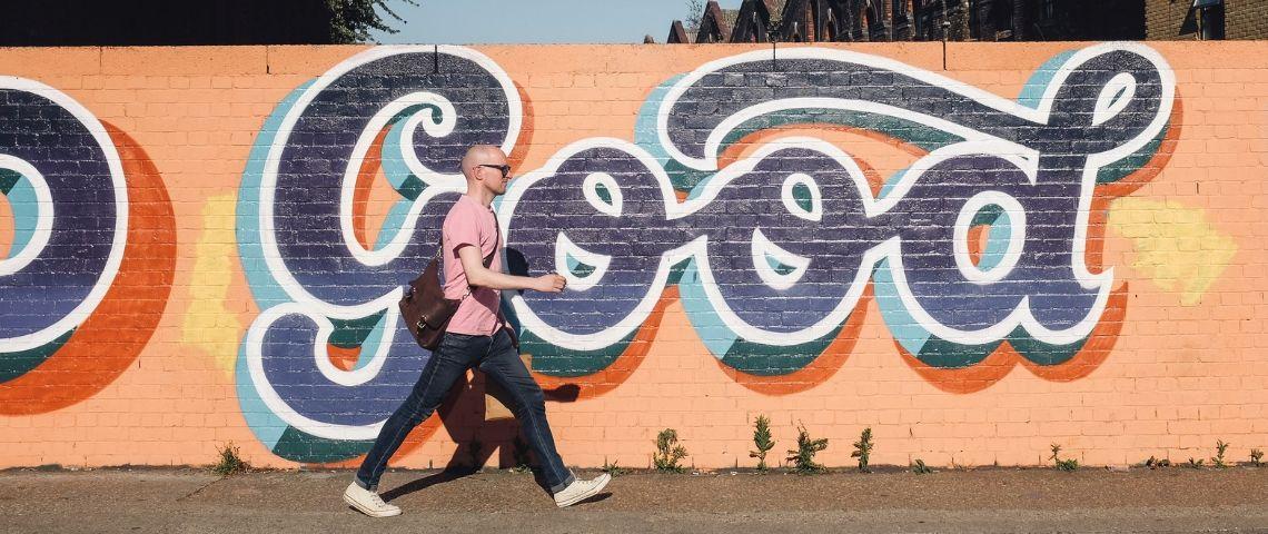 Un homme marche face à un mur