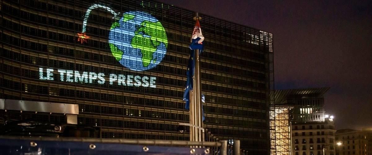 Greenpeace sonne l'alarme sur la façade de la Commission européenne