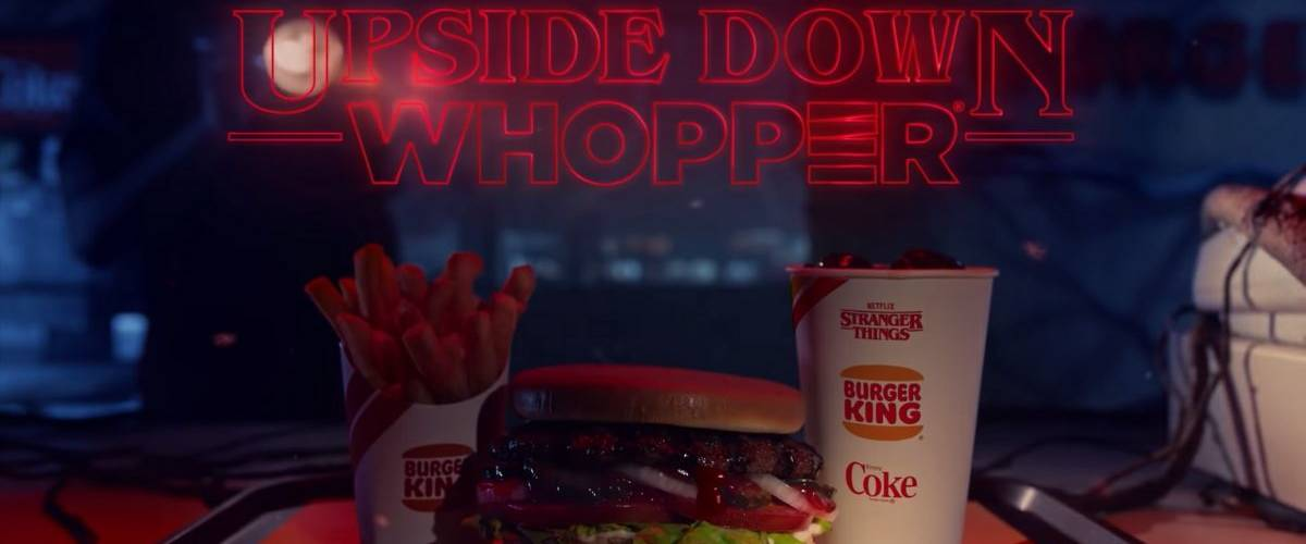 Burger posé sur un plateau de restaurant Burger King