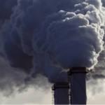 Une usine recrachant une épaisse fumée