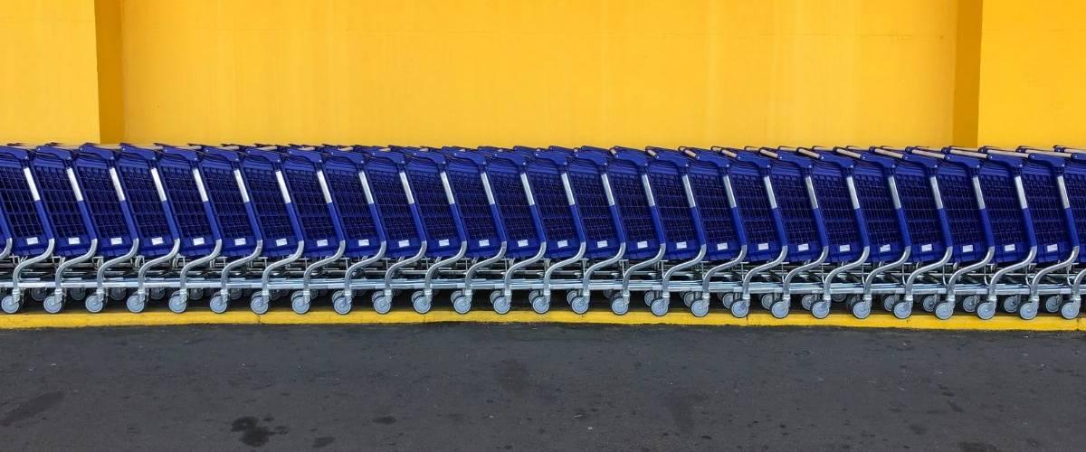 Des chariots bleus et jaunes, de l'enseigne américaine Walmart