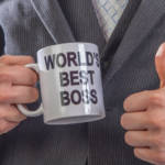 "un homme tenant une tasse ""world's best boss"""