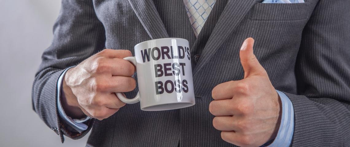 un homme tenant une tasse  - world's best boss -