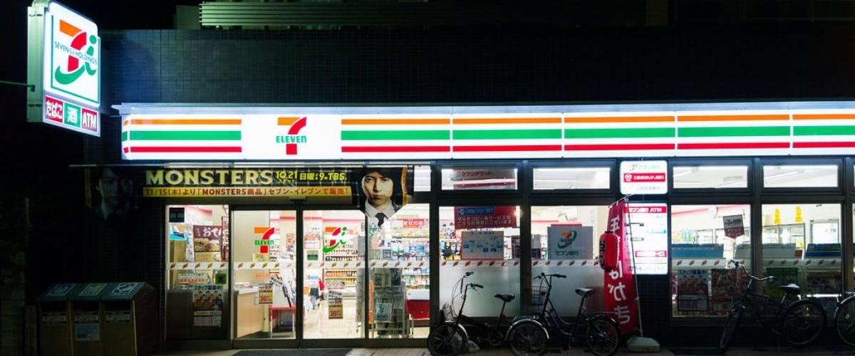 Le devant d'un point de vente 7 Eleven, au Japon