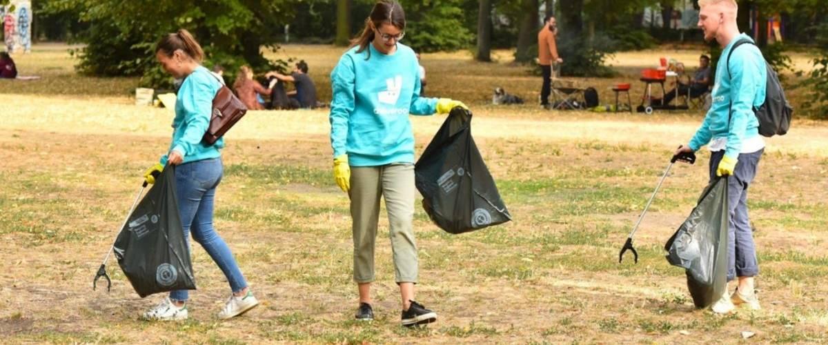 De jeunes personnes ramassent des déchets dans un parc