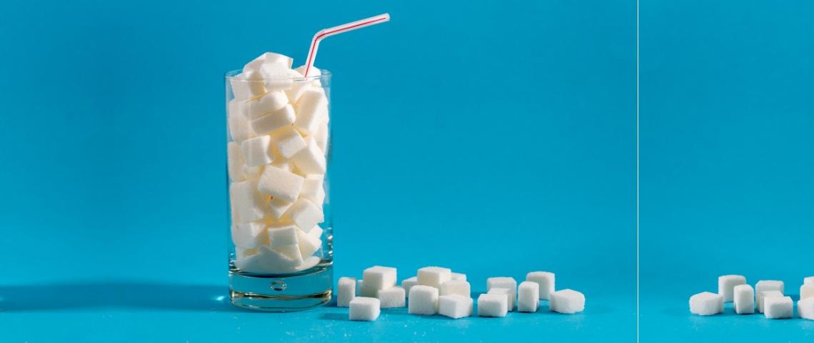 Un verre rempli de morceaux de sucre