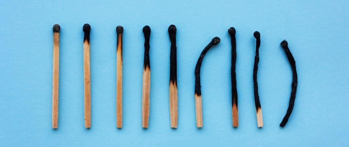 Une série d'allumettes de plus en plus brûlées