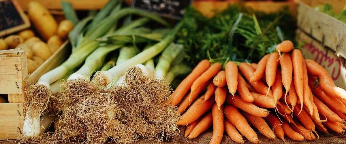 Un étalage de légumes, composé de carotte et de poireaux