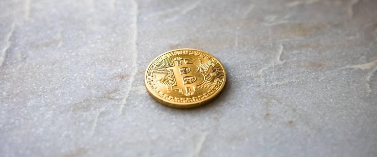 Une pièce de Bitcoin sur le sol