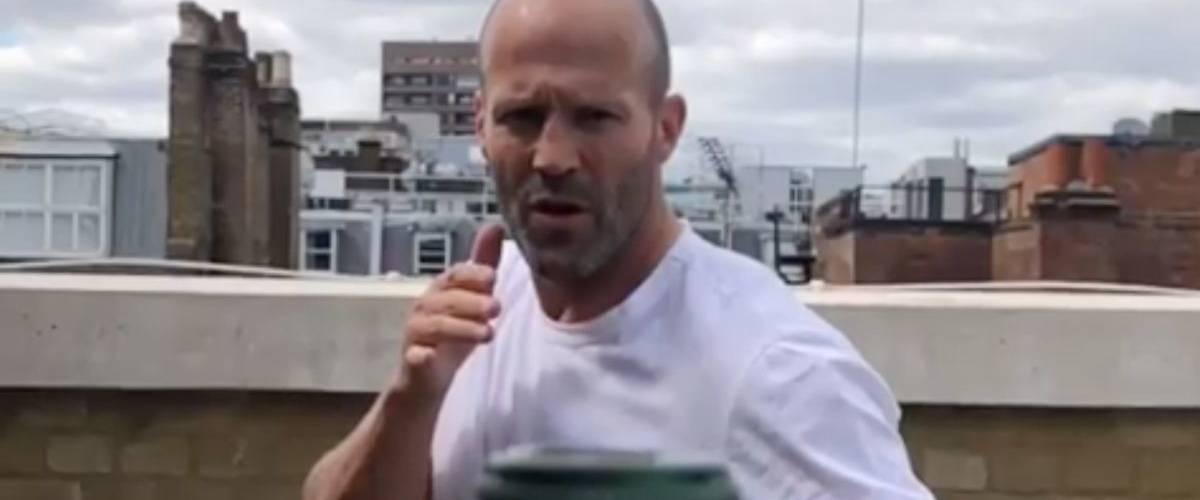 Jason Statham réalisant le challenge d'ouvrir une bouteille à coup de pied