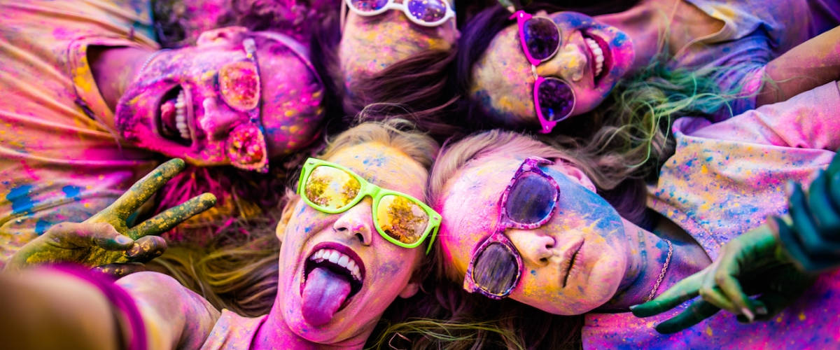 Des femmes qui prennent un selfie recouvertes de couleurs