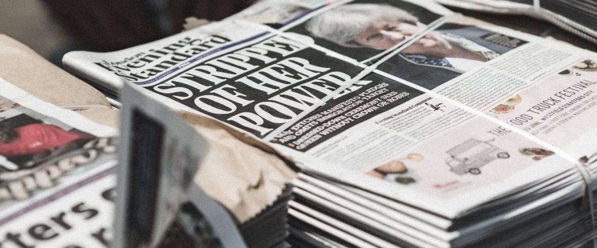 Une pile de journaux britanniques