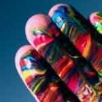 des doigts enduits de peinture