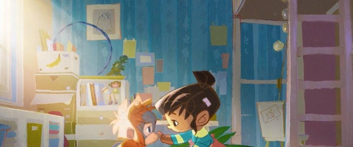 Un petite fille et un orang-outan se sourient dans une chambre