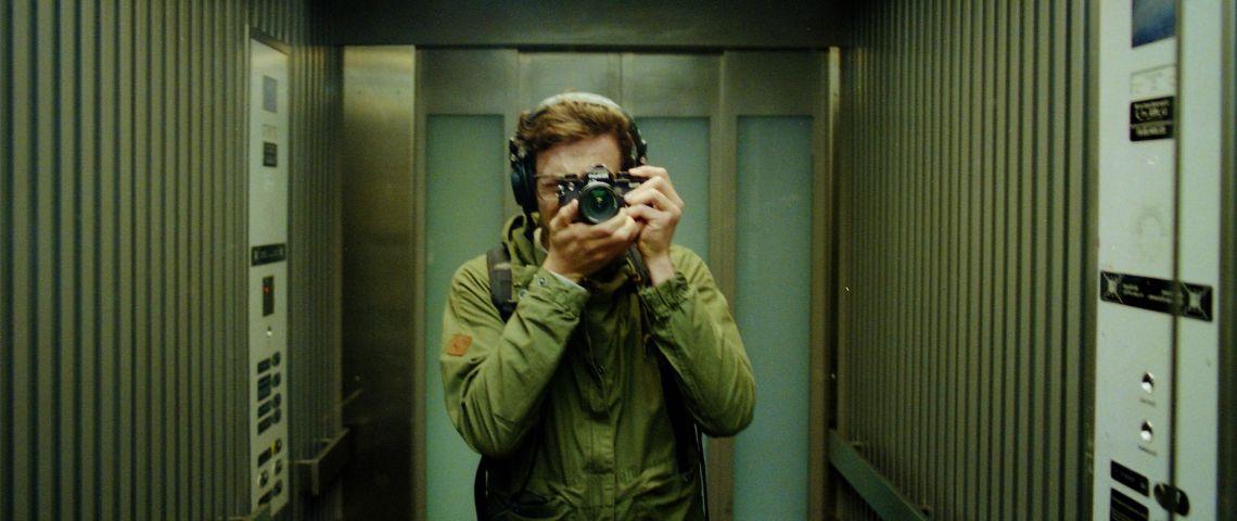 Un homme se prend en selfie dans un ascenseur