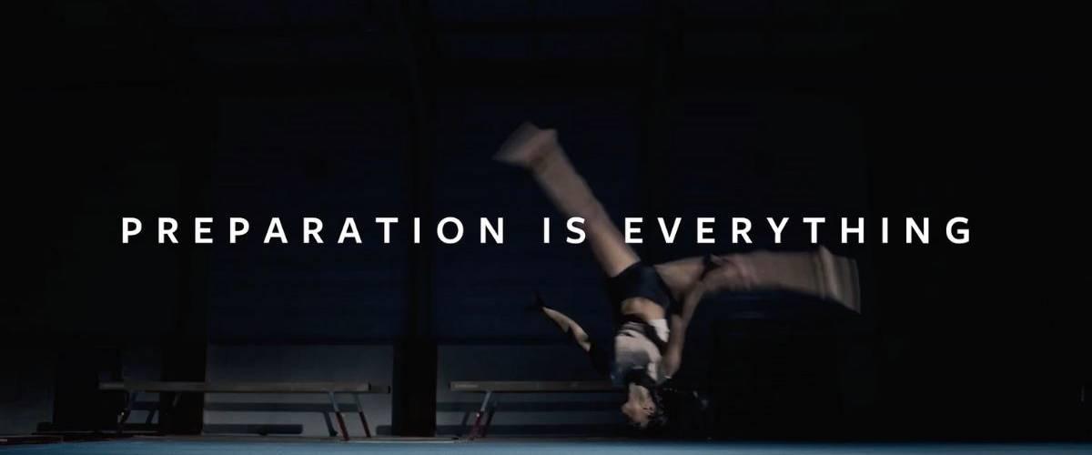 Une athlètes de gymnastique exécute un salto