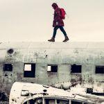Un homme qui marche sur une carcasse d'avion