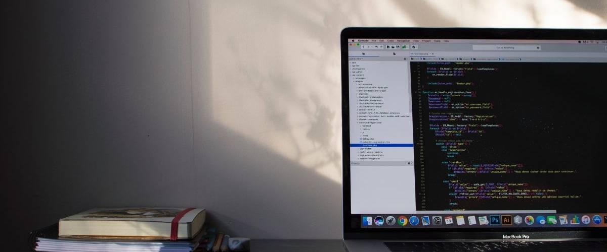 Un ordinateur posé sur une bureau