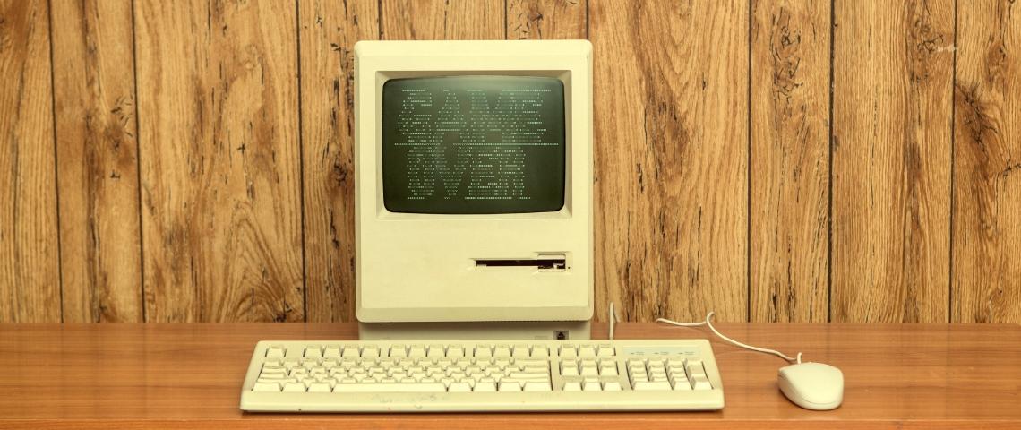 Un ordinateur vintage dont l'écran affiche game over