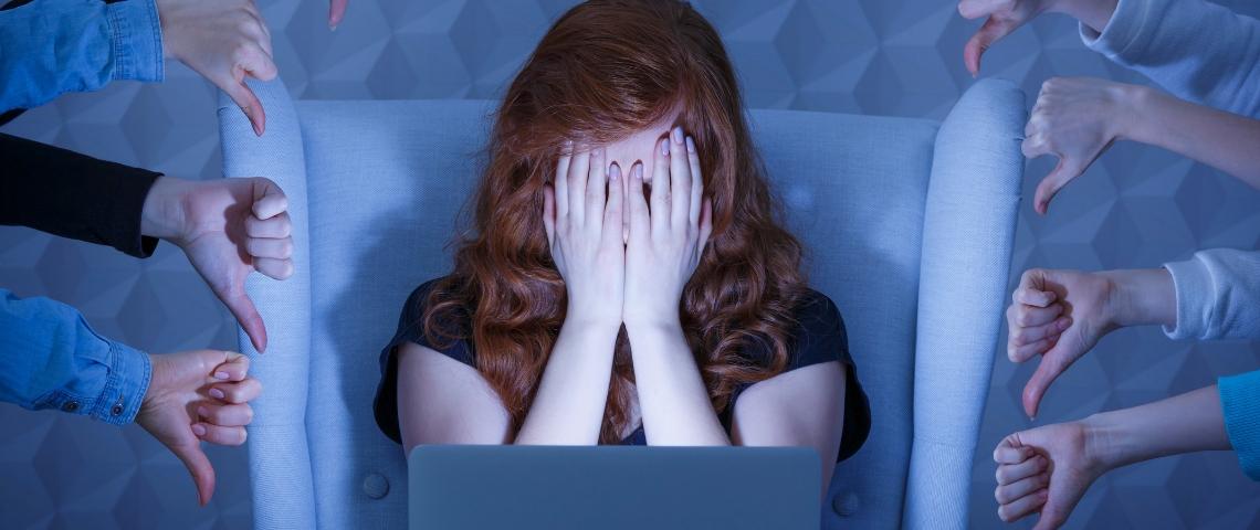 une jeune fille enpleur devant un écran d'ordinateur