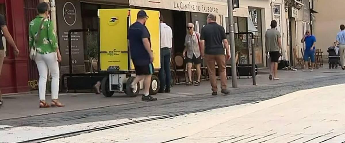 Le robot facteur Hector dans les rues de la ville de Montpellier