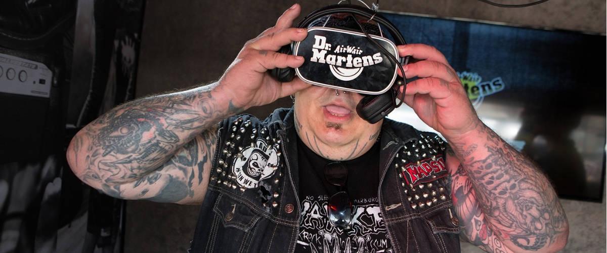 Un homme avec un casque de VR Dr.Martens sur la tête