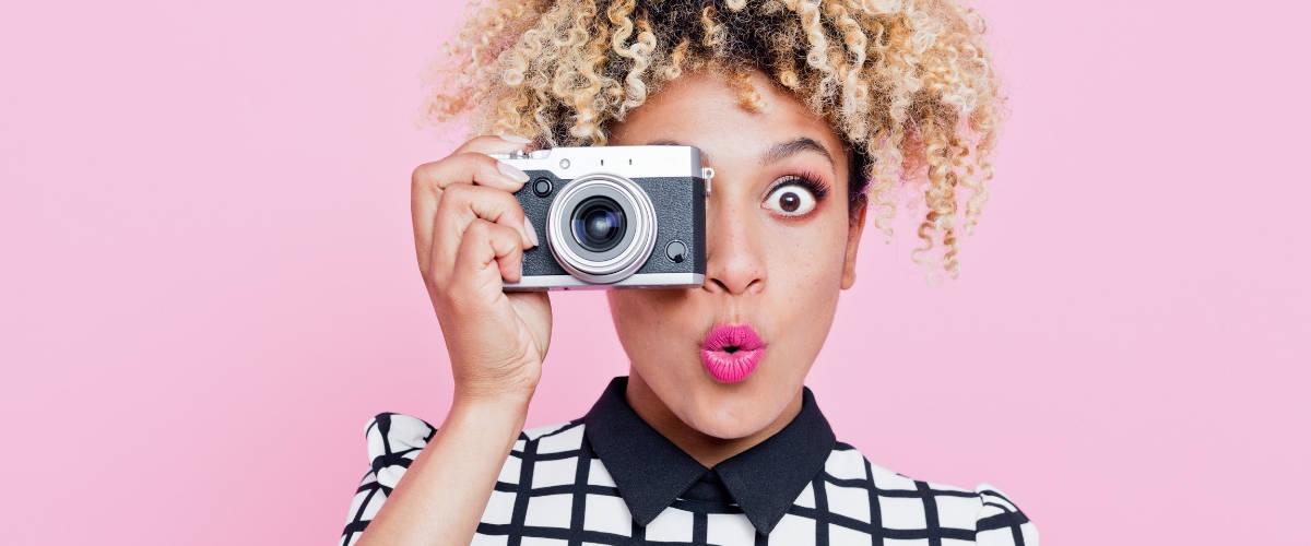 Une femme qui prend une photo